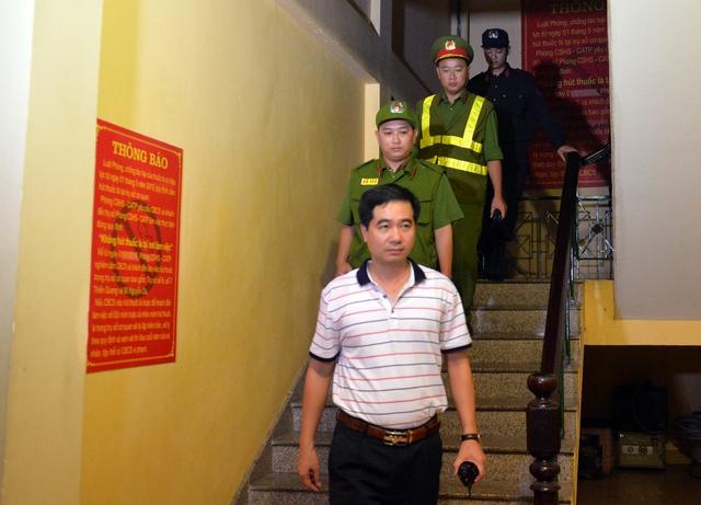 Hà Nội ra quân tổng kiểm tra, kiểm soát hành chính trong đêm: Đang ngồi uống nước, bị mời về phường vì không mang giấy tờ tuỳ thân - Ảnh 5.