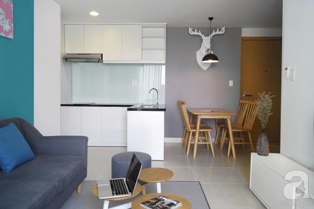Khu bếp ngăn cách bàn ăn với hệ bồn rửa kiêm tủ lưu trữ.