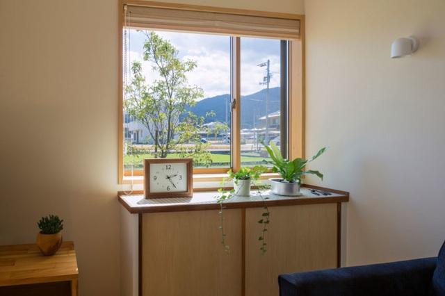 Nơi góc nhà là vị trí để ti vi và một chiếc bàn nhỏ cạnh cửa sổ làm nơi để bố trí cây xanh tạo điểm nhấn cho ngôi nhà.
