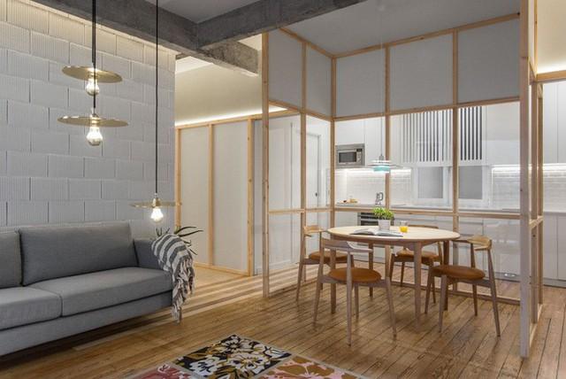 Khu vực nấu nướng được bố trí ngay cạnh khu vực ăn uống. Không gian phòng bếp được bố trí đơn giản với hệ thống tủ và tường trắng.