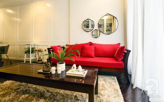 Khu phòng khách đậm chất Á Đông với bộ bàn ghế gỗ truyền thống.
