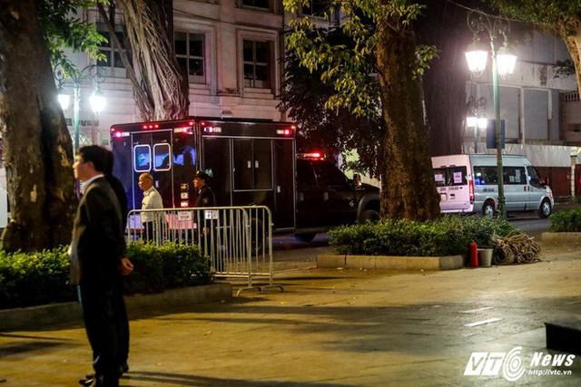 Xe chuyên dụng của Đơn vị Xử lý Vật liệu Độc hại trong đoàn xe hộ tống Tổng thống Mỹ ở khu vực khách sạn nơi ông Trung nghỉ tại Hà Nội, tối 11/11. (Ảnh: Phong Sơn)