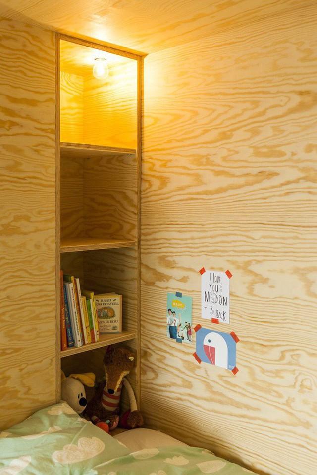 Các ngăn đồ khá rộng rãi để bé có không gian lưu trữ sách vở, đồ chơi.