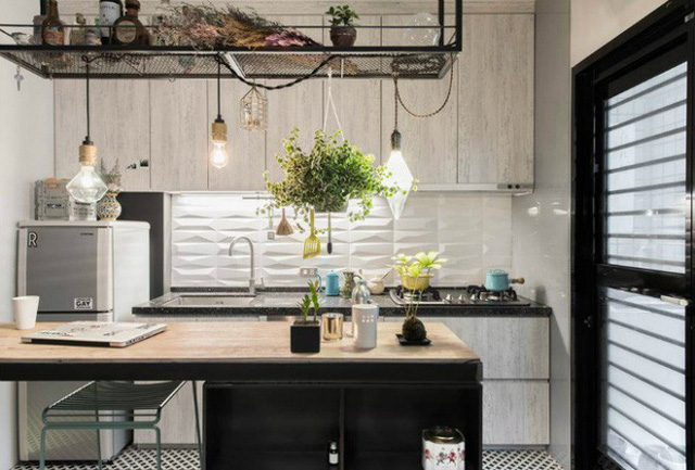 Giá treo vừa được sử dụng để cất trữ gia vị, đồ dùng thường xuyên sử dụng trong bếp, vừa là nơi để gắn những bóng đèn thả xuống bàn ăn mang không gian ấm cúng cho không gian.