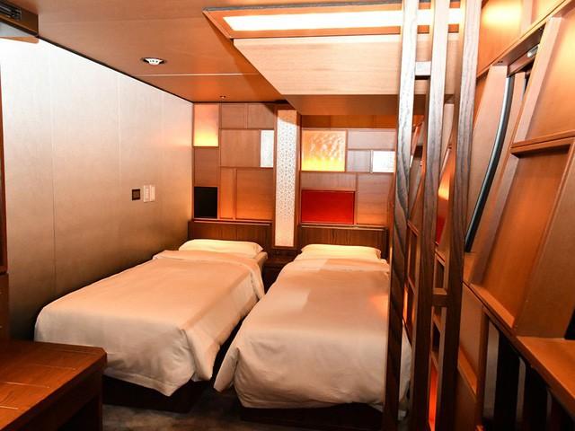 Do chỉ có 17 phòng ngủ nên đoàn tàu chỉ có thể phục vụ tối đa 34 hành khách trên mỗi lịch trình. Phòng ngủ chẳng khác mấy so với một phòng khách sạn hạng sang. Điểm khác duy nhất là nó di chuyển với vận tốc của một đoàn tàu tốc hành.