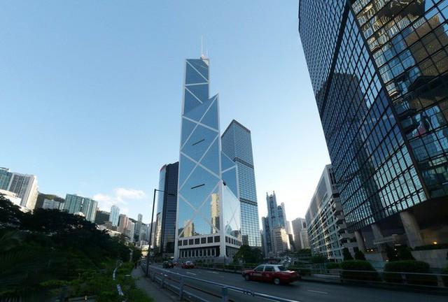 """photo-4-1511659257066 Bí mật thú vị đằng sau những """"lỗ hổng"""" siêu to ngay giữa các ngôi nhà cao tầng ở Hồng Kông"""