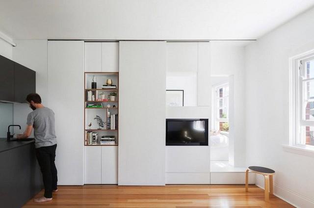 Bức tường là nơi lưu trữ các chức năng phụ như tivi, kệ sách, gương …