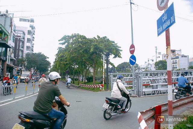 Vụ nghịch lý 2 cây cầu song song ở Sài Gòn: Đã lắp dải phân cách dưới chân cầu Trần Khánh Dư để chống kẹt xe - Ảnh 5.