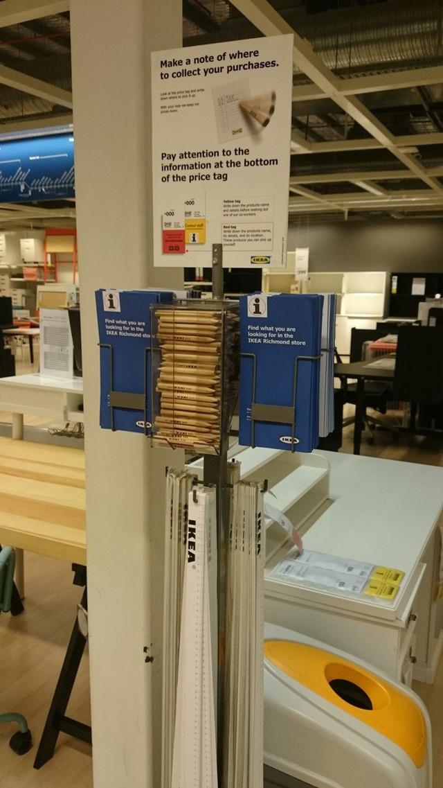 Giấy và bút được phát tại IKEA.