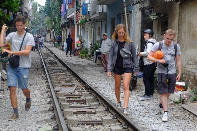 Công an xử phạt, đề nghị đóng cửa loạt quán cafe nằm giữa các con phố tàu ở Hà Nội, nhiều khách Tây ra về trong ngỡ ngàng - Ảnh 5.