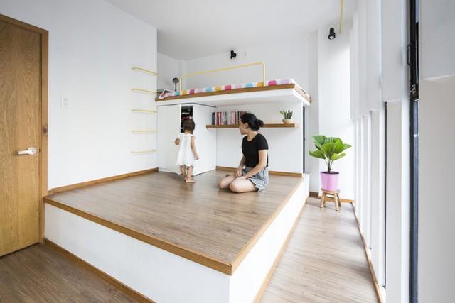 Phòng ngủ chính và phòng ngủ đọc sách được trang trí bởi một chiếc giường liền sàn rất gọn gàng, tiết kiệm diện