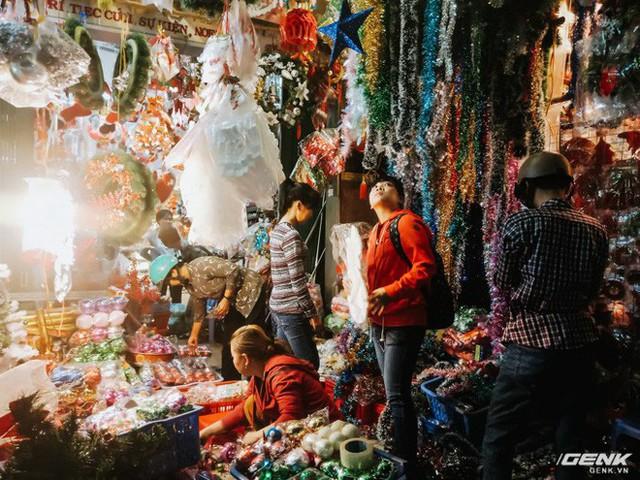 Đời sống qua lăng kính smartphone (Kỳ 1): Người dân Sài Gòn nô nức trang trí phố xá đón Noel đến gần - Ảnh 5.
