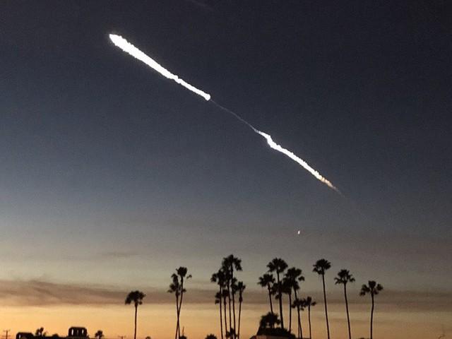 Tên lửa Falcon 9 của Elon Musk bay ngang qua bầu trời, dân tình hoảng loạn tưởng là UFO - Ảnh 5.