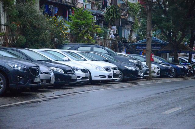 """Phí trông giữ xe ô tô ở Hà Nội lên đến 4 triệu đồng/ tháng, nhiều người phải lao đao """"méo mặt"""" đi tìm chỗ gửi xa nhà - Ảnh 4."""