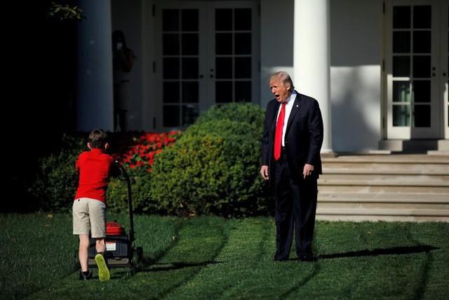 Tổng thống Mỹ Donald Trump chào đón cậu bé 11 tuổi Frank Giaccio khi cậu đang cắt cỏ trong Vườn Hồng ở Nhà Trắng tại Washington, ngày 15 tháng 9. Cậu Frank đã viết một bức thư cho Trump đưa ra đề nghị cắt cỏ tại đây và đã được mời làm việc trong một ngày tại Nhà Trắng cùng các nhân viên làm vườn quốc gia.