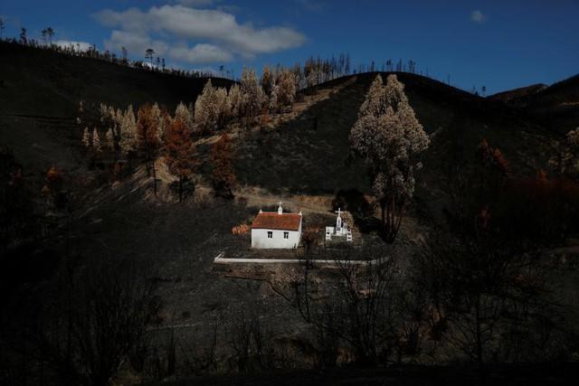 Một ngôi đền được nhìn thấy sau khi xảy ra vụ cháy rừng gần ngôi làng Serta, Bồ Đào Nha, ngày 9 tháng 9.