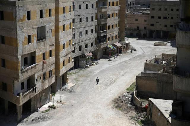Abu Malek, một trong những nạn nhân của cuộc tấn công hóa học ở khu vực Ghouta của Damascus diễn ra vào năm 2013, đang sử dụng nạng của mình để đi bộ dọc theo con đường tại thị trấn Ain Tarma, Syria, ngày 7 tháng 4.
