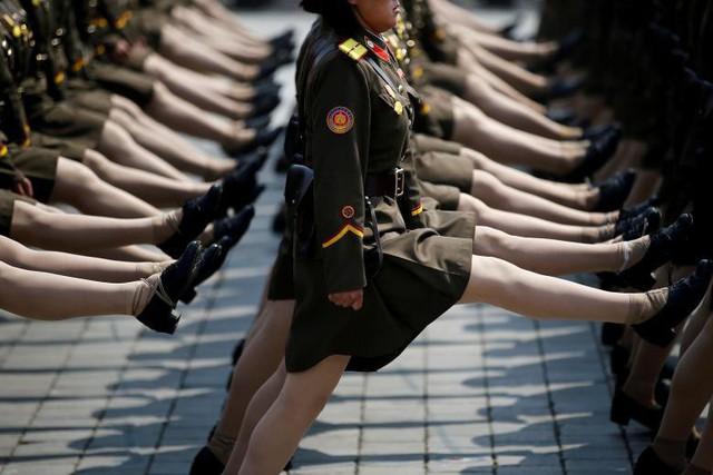 Những người lính Bắc Triều Tiên trong một cuộc diễu hành quân sự đánh dấu kỷ niệm 105 năm ngày sinh nhà lãnh đạo Kim Nhật Thành ở Bình Nhưỡng, Bắc Triều Tiên vào ngày 15 tháng 4.