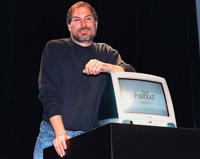 """Tháng 8/1998, Apple ra mắt iMac – siêu phẩm máy tính tại thời điểm bấy giờ đồng thiết kế bởi Steve Jobs và tài năng mới nổi - Jonathan Ive. Chữ """"i"""" mang ý nghĩa cái tôi cá nhân (individuality) và sự đổi mới (innovation). Chỉ trong vòng 5 tháng, doanh số bán hàng đạt mức kỷ lục 800.000 chiếc. Ảnh: Reuters."""