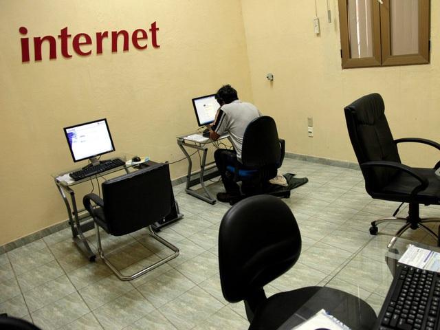 Một người đang dùng máy tại văn phòng ETSECA