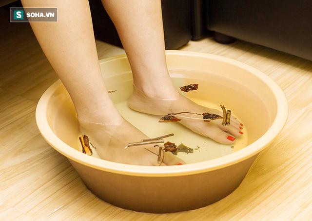 Dán một lượng bột trộn dấm ngũ cốc vào gan bàn chân