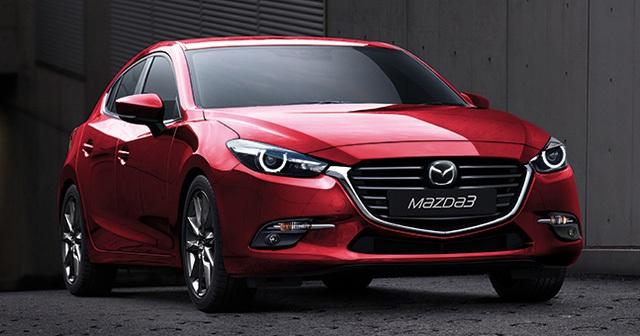Ở phiên bản 2017, Mazda3 được thay đổi đáng kể ở thiết kế ngoại thất. Trên đầu xe có lưới tản nhiệt tái thiết kế với logo Mazda thay đổi vị trí và viền crôm dày dặn hơn trước. Viền crôm này nối liền với cụm đèn pha dạng LED mới, tích hợp dải đèn LED định vị ban ngày. Tuy nhiên, bản trang bị thấp của Mazda3 2017 chỉ có đèn pha Halogen thông thường.