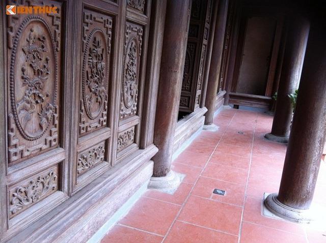 Hệ thống cửa bằng gỗ lim bề thế và chắc chắn.
