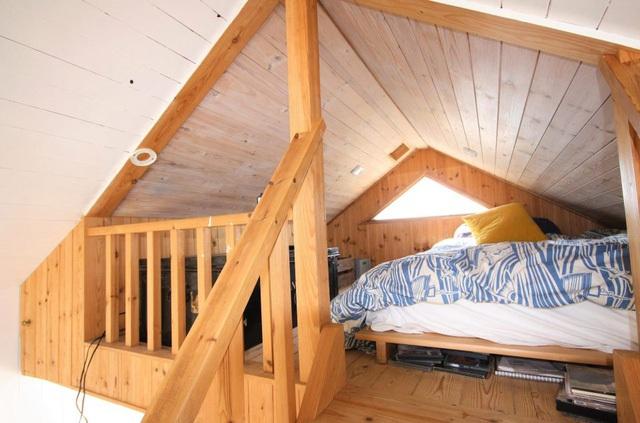 Giường đôi trên gác xép thoáng rộng.