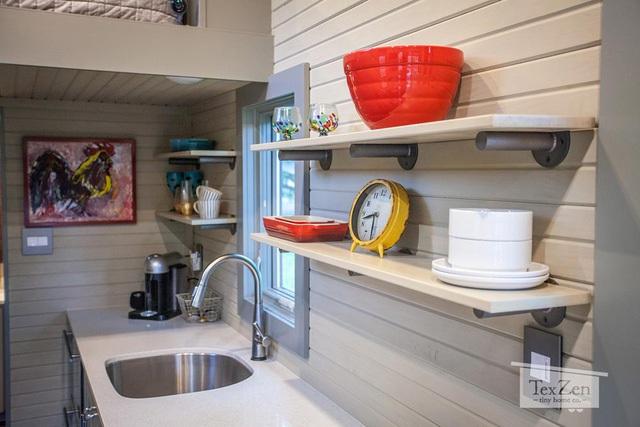 Góc nấu nướng được ưu tiên bố trí ngay cạnh cửa sổ, nơi có nhiều ánh sáng tự nhiên và gió trời. Nơi đây còn được lắp đặt rất nhiều kệ và ngăn cao nhằm tối đa hóa không gian lưu trữ.
