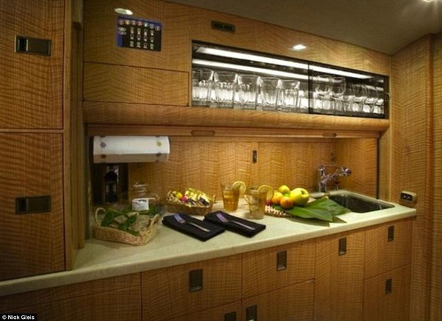 Nhà bếp thậm chí còn thừa tiêu chuẩn để chế biến ra những món ăn đẳng cấp nhà hàng với đầy đủ vật dụng và nguyên liệu tươi sống. Nội thất được chế tác và sắp đặt một cách tinh vi, đánh lừa cảm giác, khiến người ta quên rằng mình đang ở trên một chiếc máy bay chứ không phải một phòng khách lộng lẫy.