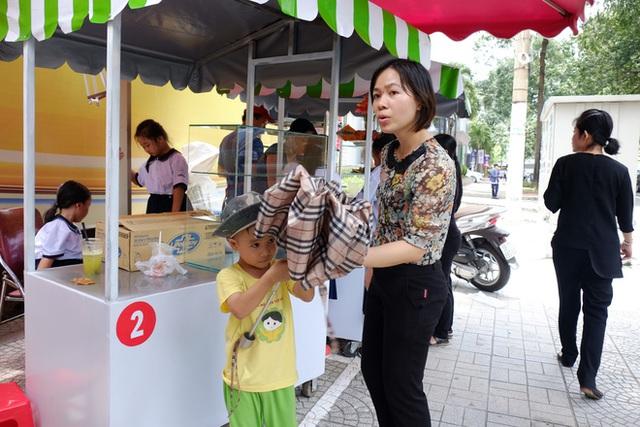 Trưa nắng nhưng người mẹ cũng tranh thủ dẫn con đến ăn tại phố hàng rong.