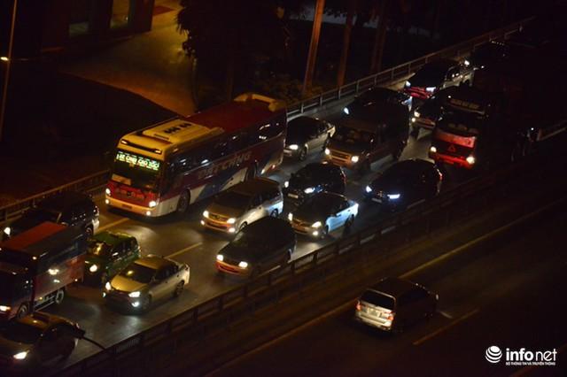 Hà Nội: Vạ vật đến nửa đêm vẫn không bắt nổi xe khách về quê nghỉ lễ 2/9 - Ảnh 6.