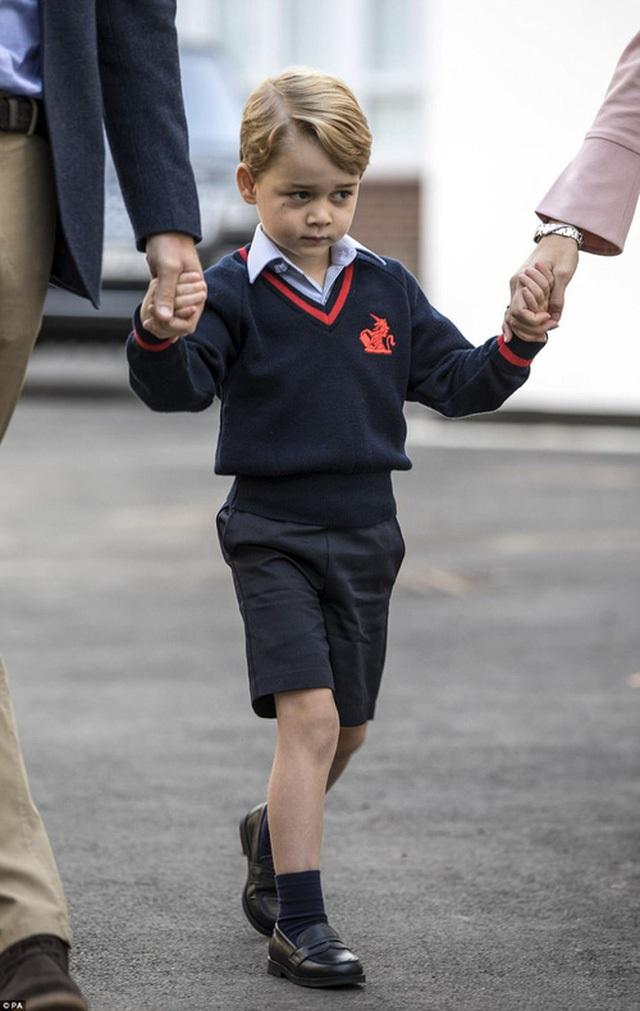 Bộ đồng phục đến từ thương hiệu thượng lưu làm nổi bật vẻ thông minh lanh lợi của Hoàng tử George.