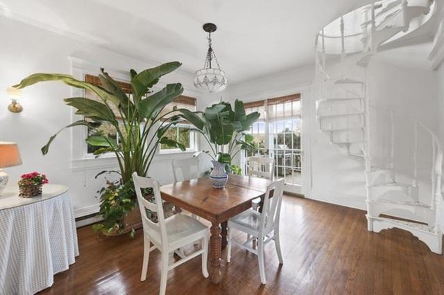 Tông màu trắng tinh khiết và hiện đại cộng thêm không gian xanh được tạo ra từ các cây trong phòng tạo ra không gian rất trong lành và tinh khiết.