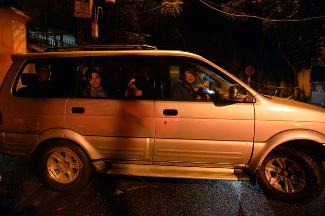 Hà Nội ra quân tổng kiểm tra, kiểm soát hành chính trong đêm: Đang ngồi uống nước, bị mời về phường vì không mang giấy tờ tuỳ thân - Ảnh 6.