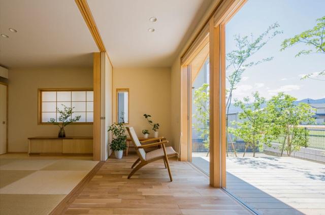 Điểm ấn tượng đặc biệt của ngôi nhà này đó là thay vì bức tường ngăn bí bách, toàn bộ mặt tiền ngôi nhà được thiết kế bằng kính trong suốt khiên không gian trong nhà lúc nào cũng tràn ngập ánh sáng mặt trời.