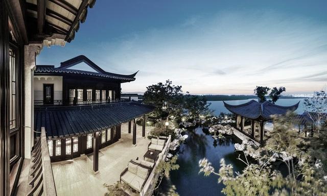 """Được thiết kế chủ yếu theo phong cách truyền thống của người Trung Quốc với những mái nhà """"bị lật"""" cong vút đậm chất kiến trúc Tô Châu, đi kèm là những cột chống bằng gỗ nguyên bản có kích thước lớn và dài."""