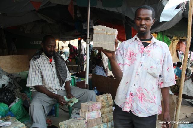 Quốc gia nghèo chẳng có gì ngoài tiền, đi chợ mua rau cũng phải mang cả bao tải, chất tiền thành đống - Ảnh 6.