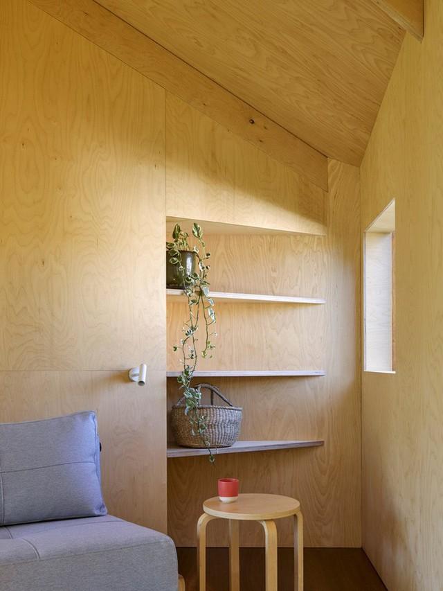 Toàn bộ không gian được sử dụng chủ yếu là chất liệu gỗ, vừa mát mẻ vào mùa hè và ấm áp vào mùa đông mang đến sự thoải mái và dễ chịu nhất cho mọi người sử dụng dù không gian khá hạn hẹp.