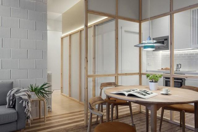 Những góc nhỏ được lắp đặt đèn trắng âm tường để mở rộng diện tích cho không gian, đồng thời giúp phòng ăn được sáng và thoáng hơn.