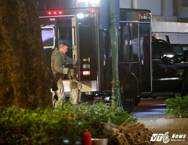Mật vụ Mỹ lấy trang thiết bị khỏi Xe chuyên dụng của Đơn vị Xử lý Vật liệu Độc hại trong đoàn xe hộ tống Tổng thống Mỹ, tối 11/11. (Ảnh: Phong Sơn)