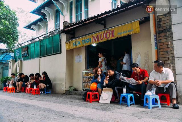 Chỉ với vài chiếc ghế nhựa kê vỉa hè, gian bếp cũng là chỗ bày bán nhưng người Sài Gòn lại khá thích ghé quán
