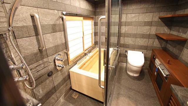 Phòng tắm với thiết kế sang trọng của một khách sạn 5 sao. Cửa kính cho phép hành khách quan sát phong cảnh của đất nước khi làm những việc riêng tư nhất.