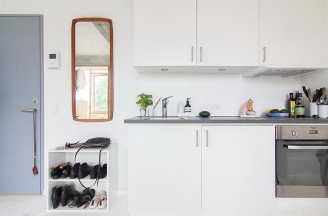 Tủ đựng đồ nhỏ gọn đặt sát góc tường bên cạnh cửa sổ, là nơi để cất trữ vô số đồ đạc, đồng thời cũng tạo sự đối xứng với chiếc giường đối diện.