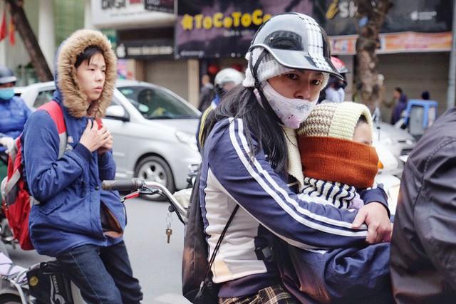 Chùm ảnh: Người Hà Nội co ro xuống phố trong cái lạnh kỷ lục từ đầu mùa - Ảnh 6.