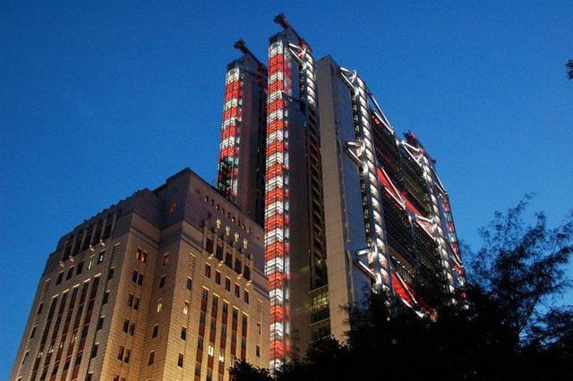 """photo-5-1511659257067 Bí mật thú vị đằng sau những """"lỗ hổng"""" siêu to ngay giữa các ngôi nhà cao tầng ở Hồng Kông"""