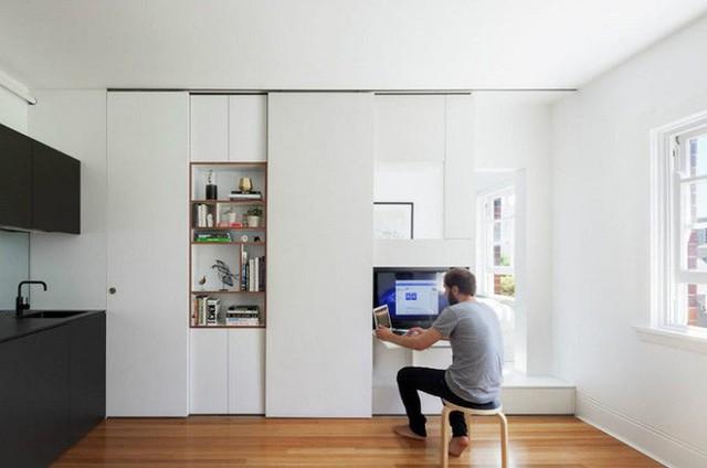 Phần ngăn kéo gỗ nhỏ phía dưới tivi được kéo dài ra sẽ trở thành kệ nhỏ có chức năng như bàn làm việc mini cực tiện lợi.