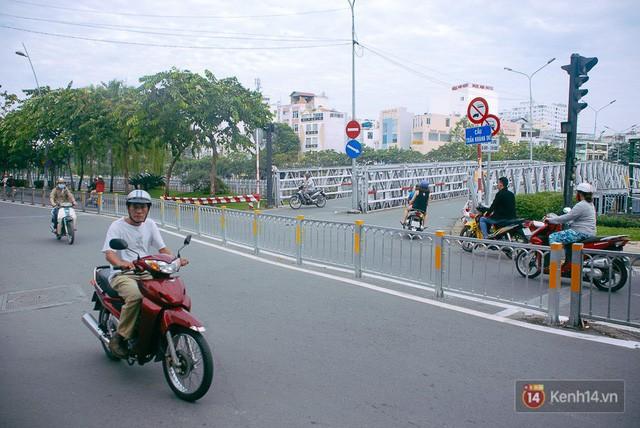 Vụ nghịch lý 2 cây cầu song song ở Sài Gòn: Đã lắp dải phân cách dưới chân cầu Trần Khánh Dư để chống kẹt xe - Ảnh 6.