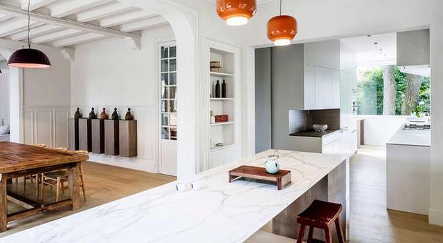 Không gian nhà bếp vừa sạch vừa sáng, dưới ánh đèn càng trở nên lung linh vào ảo diệu hơn.