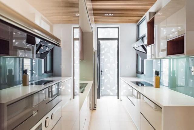 Không gian bếp nấu sạch bóng với đầy đủ tiện nghi.